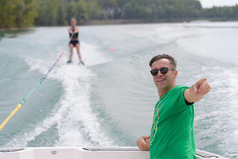 Wakeskier lance derrière le bateau photos libres de droits