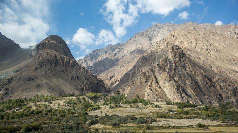 Wakhan dolina, Tajikistan: Rabatowa rzeczna Panj rzeka w Wakhan dolinie z Tajikistan i Afganistan, wycieczka samochodowa na Pamir zdjęcia royalty free