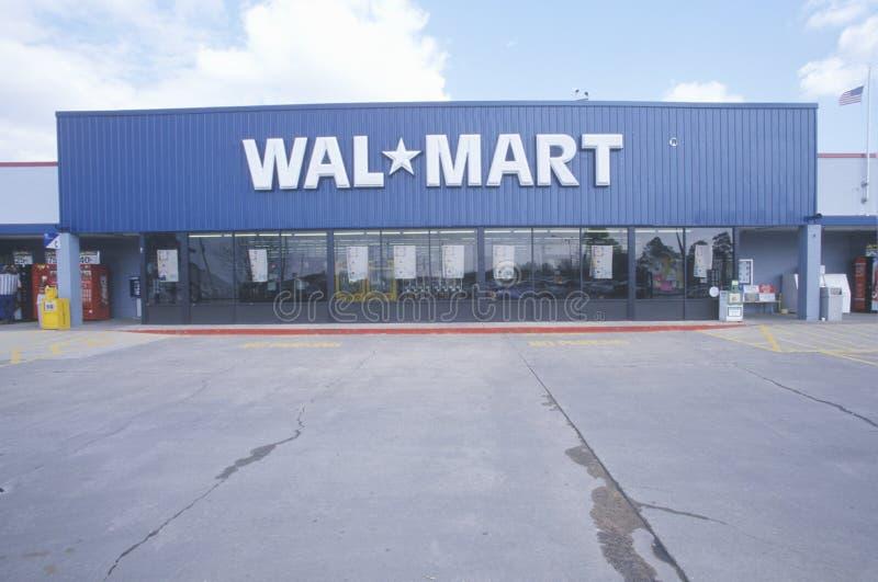 Wal * entrada dianteira e parque de estacionamento de Mart Supercenter Store nos EUA do sudeste imagem de stock royalty free