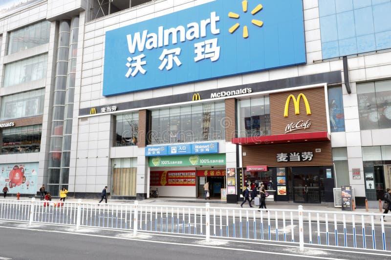 Wal-markt en mcdonald stock fotografie