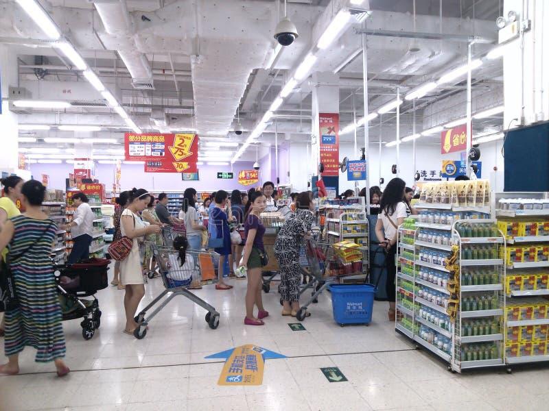 WAL-MART-de klanten die van de supermarktkassier in te betalen lijn wachten royalty-vrije stock afbeelding
