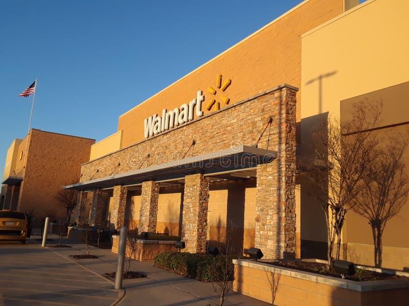 Wal-Mart på solnedgången arkivfoton