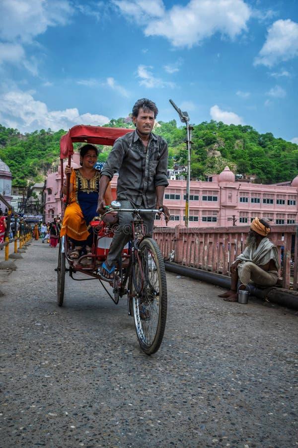 Wala de Rickshaw tirant des pèlerins en visite à Haridwar photo stock