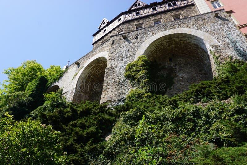 Walbrzych,波兰-可以2日2018年:Ksiaz城堡森林位于小山在Walbrzych区,波兰 库存照片