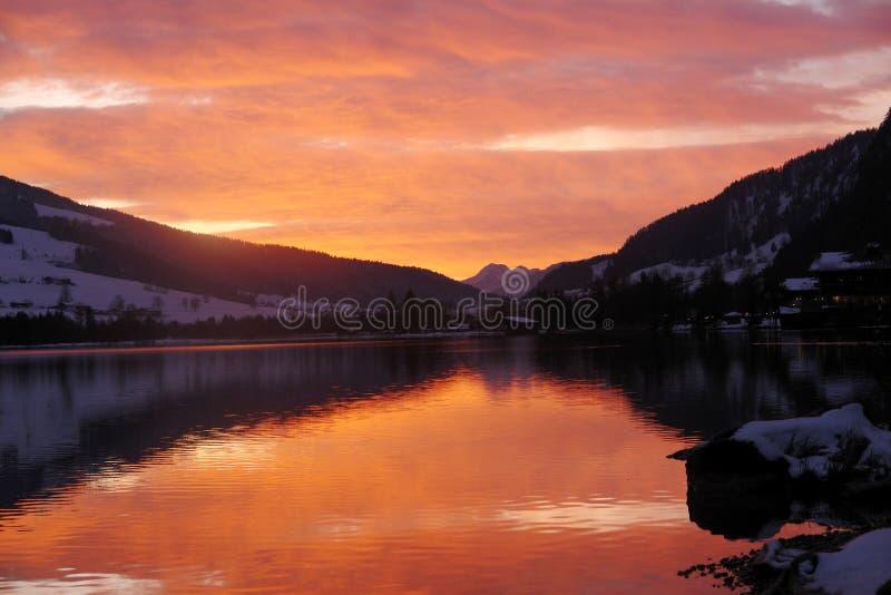 Walchensee Autriche - coucher du soleil photographie stock libre de droits