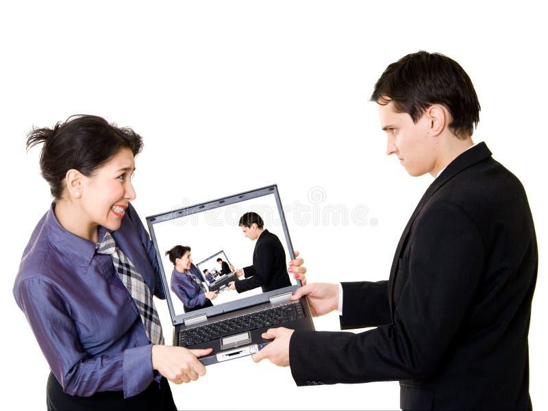 walcząc z laptopa para zdjęcie royalty free
