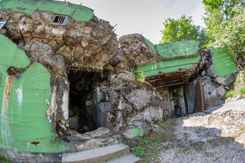 Walcz zachodniopomorskie/Polen - Maj, 24, 2019: Gamla tyska bef?stningar i Pomerania Frilufts- Wareg gruppBrickyard - arkivbild