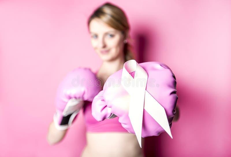 Walczy dla nowotwór piersi kobiety z symbolem na różowym tle obraz royalty free