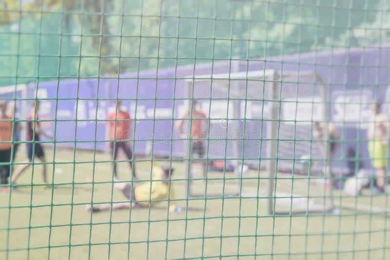 Walczy dla piłki nożnej piłki przy sport bramą Futbolowy szkolenie na sporta polu Sportowowie, gracze futbolu na szkoleniu obrazy royalty free