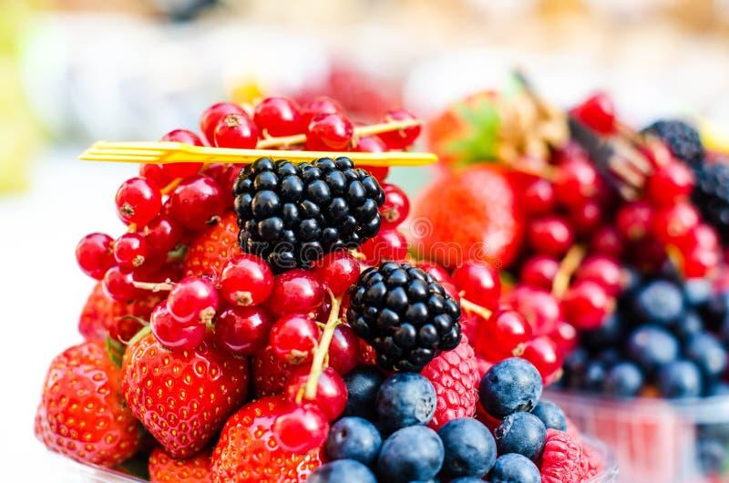 Wald trägt wie Blaubeeren, Himbeeren, Erdbeeren, rote Johannisbeeren auf einem Markt Früchte Auf einer weißen Tischdecke Ernten,  stockbilder