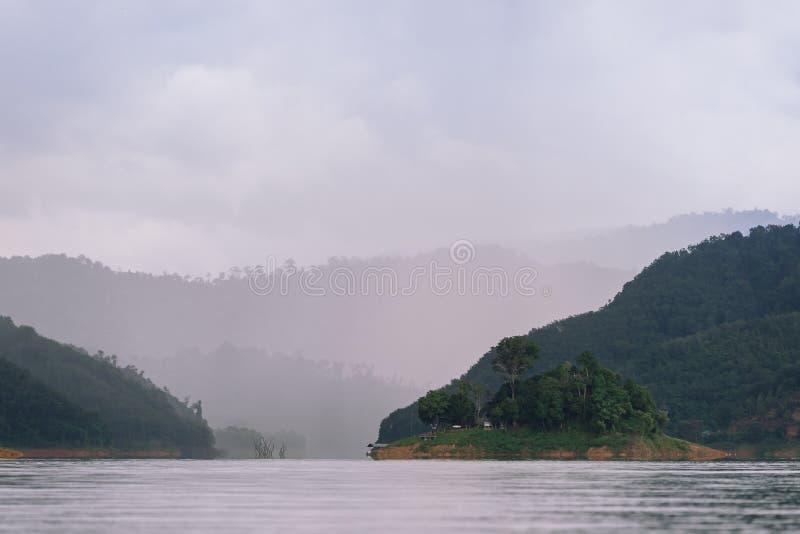 Wald- und Wasserlandschaft bei Hala-Bala Wildlife Sanctuary nahe Knall Lang Reservoir in Yala lizenzfreie stockbilder