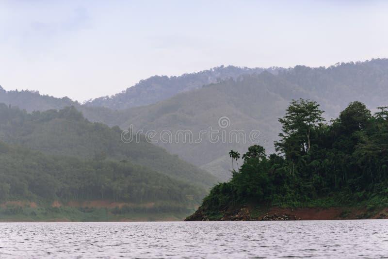 Wald- und Wasserlandschaft bei Hala-Bala Wildlife Sanctuary lizenzfreies stockfoto