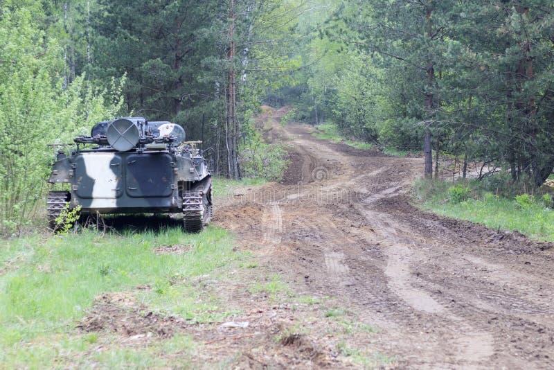 Wald wert Infanteriekampffahrzeug Stra?enanteil der milit?rischer Ausr?stung haben Sie das Tonen lizenzfreie stockfotografie