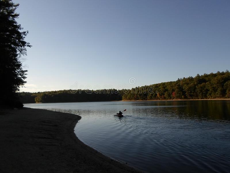Walden Pond und Walden Pond State Reservation, ?bereinstimmung, Massachusetts, USA lizenzfreies stockfoto