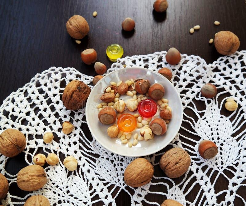 Waldgeschenke und -süßigkeiten in der weißen Platte auf dem Tisch stockfoto