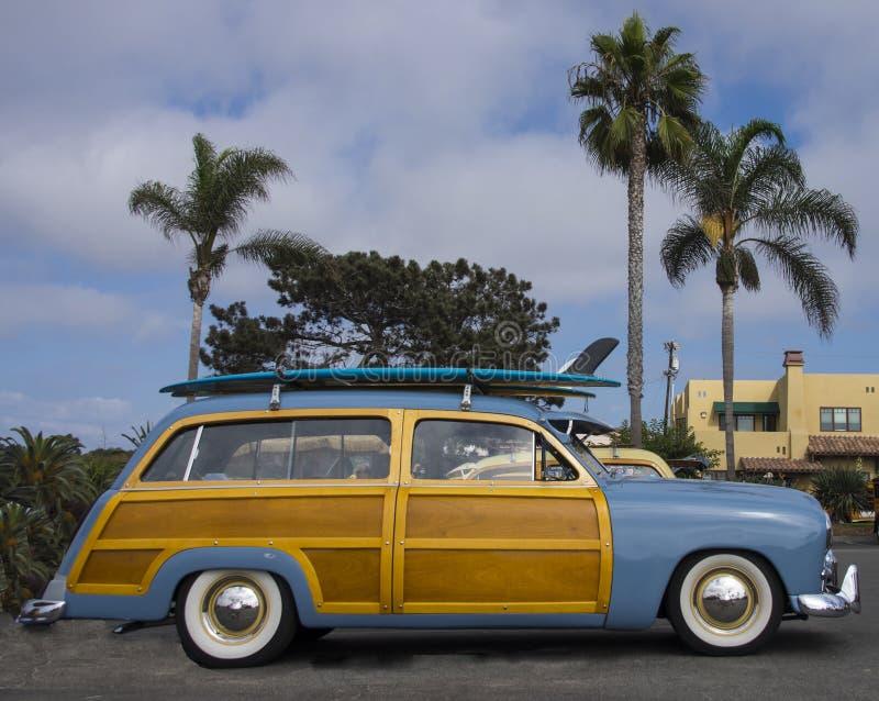 Waldiges Auto des klassischen Surfers mit Surfbrett, nahe Encinitas CA lizenzfreies stockfoto