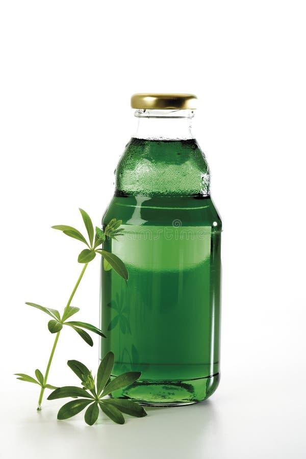 Waldmeistersirup in der Flasche stockfotos