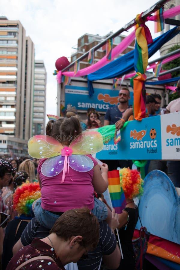 Walencja Hiszpania, Czerwiec, - 16, 2018: Dziewczyna z motylem uskrzydla na jej z powrotem ogl?da? homoseksualnej dumy dnia p?awi obraz royalty free