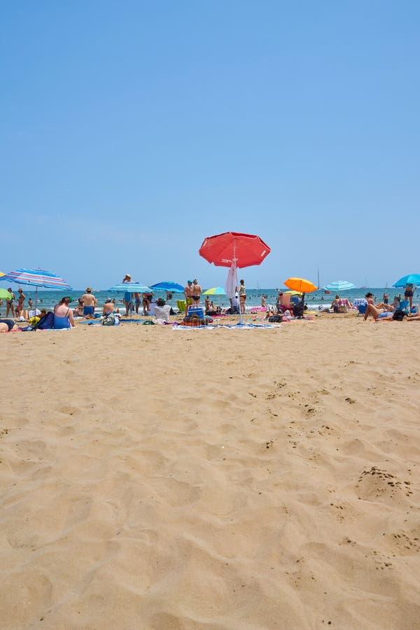 Walencja, Hiszpania, 07/20/2019 Malvarrosa plaża w lecie z ludźmi cieszy się wodę i słońce spain Valencia obrazy royalty free