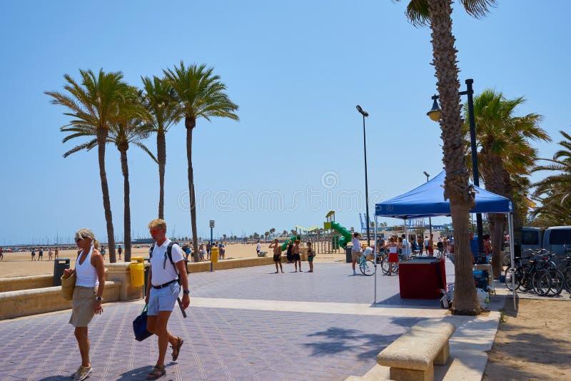 Walencja, Hiszpania, 07/20/2019 Malvarrosa plaża w lecie z ludźmi cieszy się wodę i słońce spain Valencia obraz royalty free