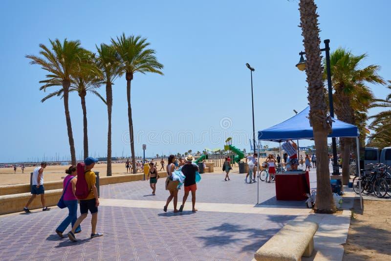 Walencja, Hiszpania, 07/20/2019 Malvarrosa plaża w lecie z ludźmi cieszy się wodę i słońce spain Valencia obrazy stock