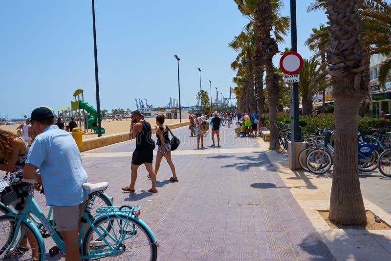 Walencja, Hiszpania, 07/20/2019 Malvarrosa plaża w lecie z ludźmi cieszy się wodę i słońce spain Valencia obraz stock