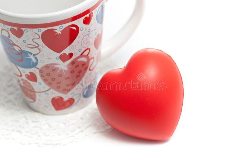 Walentynek dzień kubka i czerwieni serce na biel obraz stock