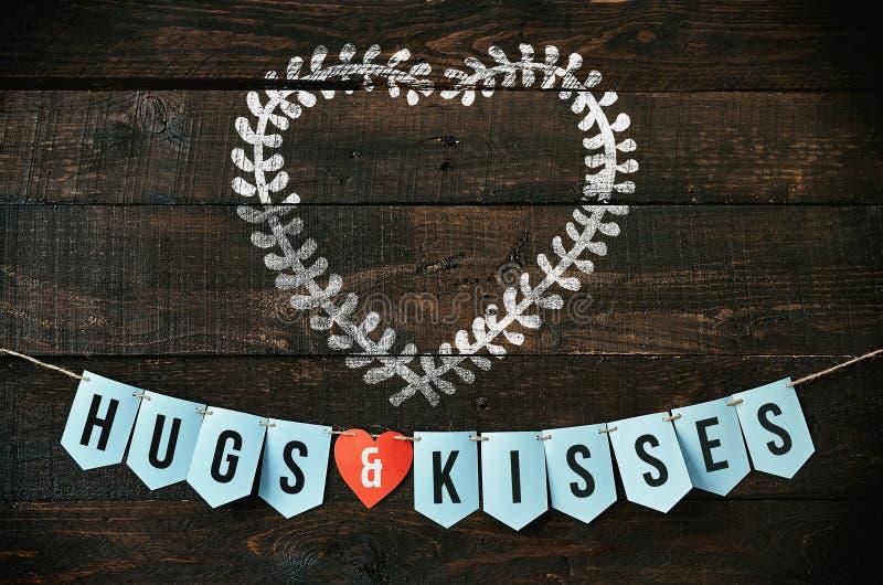 Walentynek wykonywać ręcznie Kreda rysujący heartshape wianek Sztandarów uściśnięcia i buziaki, czerwieni papierowy serce na ciem obrazy royalty free