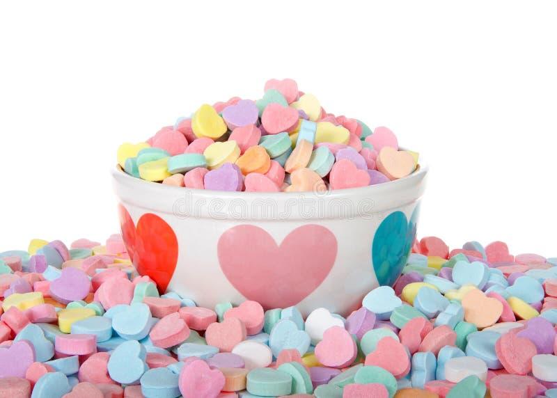 Walentynka cukierku serca w wakacyjnym pucharze odizolowywającym wokoło i fotografia royalty free