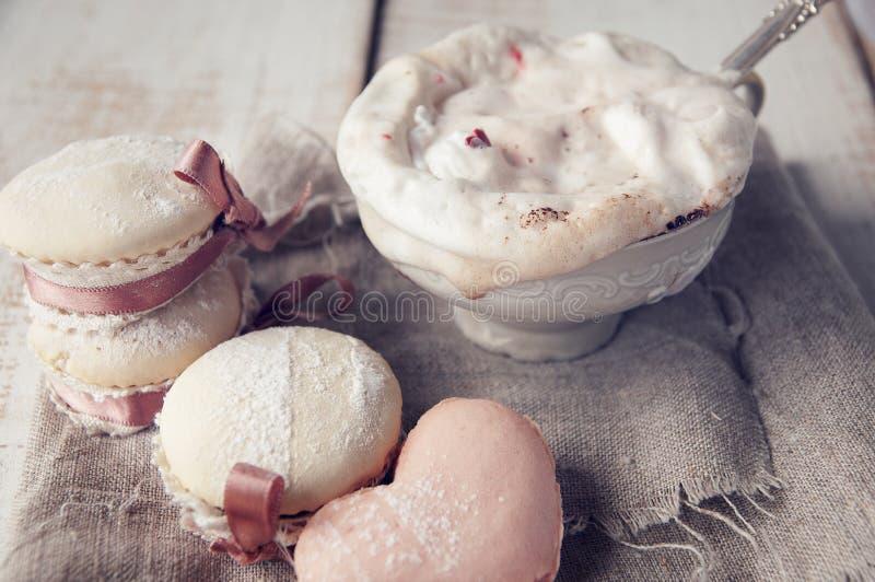 Walentynka dnia babeczka z filiżanką Cappuccino Coffe. obraz stock