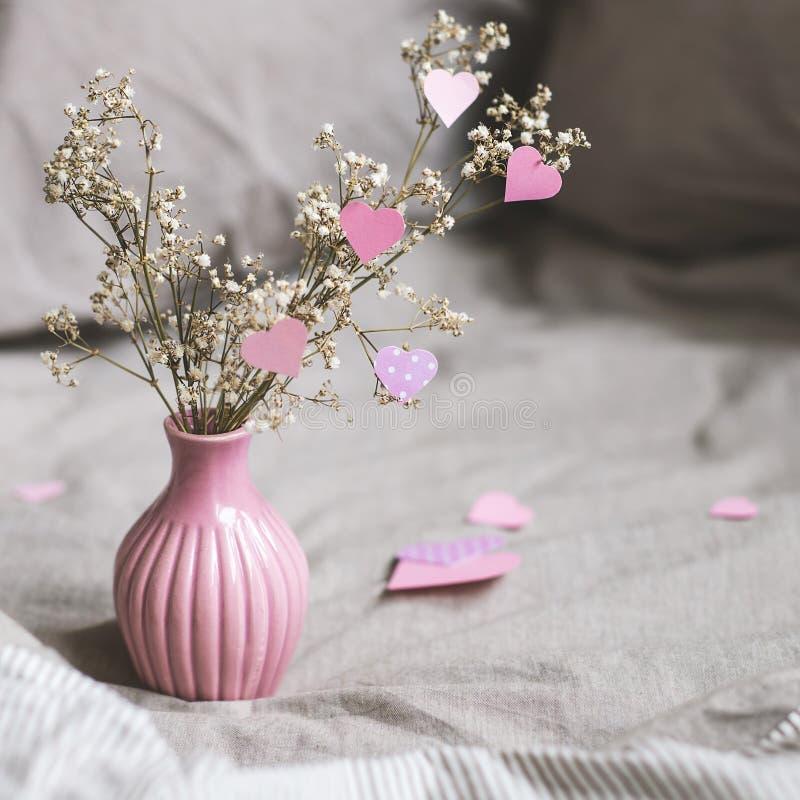 Walentynka dnia dekoracja z kopii przestrzenią Wysuszeni kwiaty w różowej wazie z sercami Selekcyjna ostrość obrazy stock