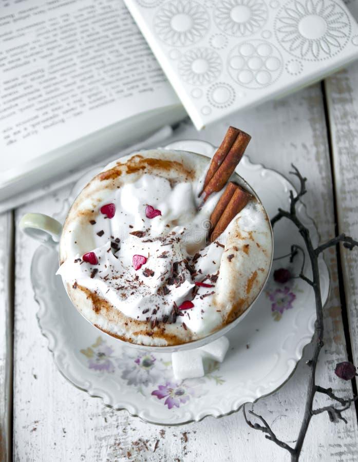 Walentynka dnia filiżanka Cappuccino kawa fotografia royalty free