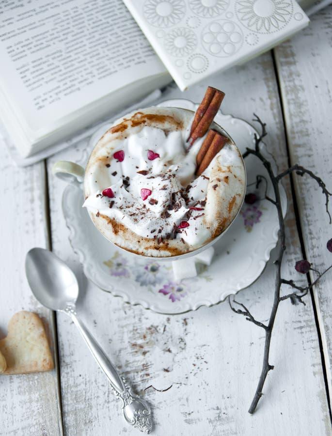 Walentynka dnia filiżanka Cappuccino kawa obraz royalty free
