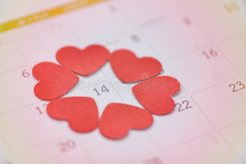 Walentynka dnia kalendarza miłości czasu pojęcie, kalendarz strona z czerwonym sercem na Luty 14 Świątobliwy walentynka dzień/ fotografia stock