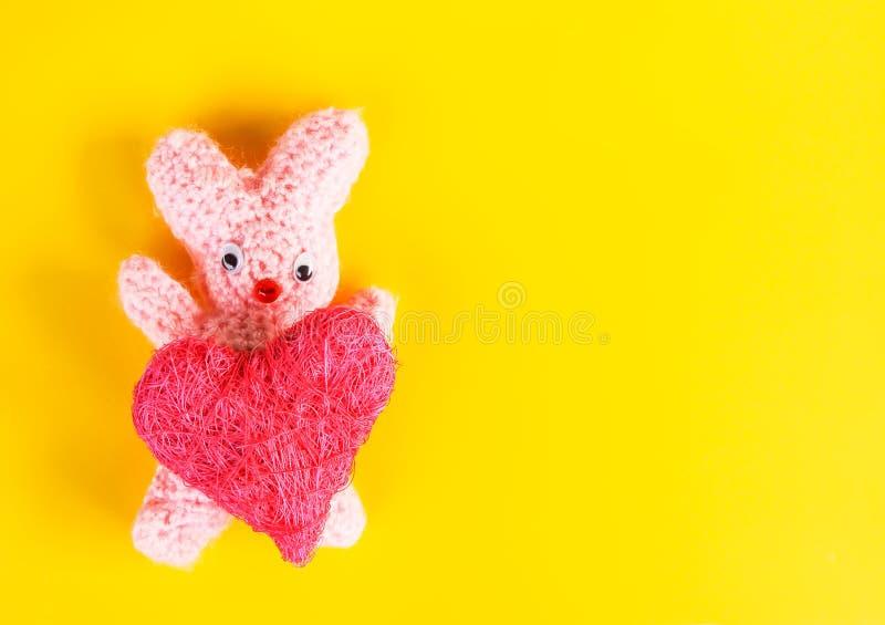 Walentynka dnia karta z szydełkującym handmade zabawkarskim królikiem i dekoracyjnym sercem fotografia stock