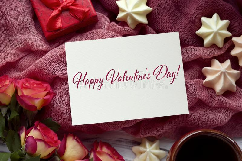 Walentynka dnia kartka z pozdrowieniami z róża prezenta czerwonym pudełkiem i literowaniem obraz stock