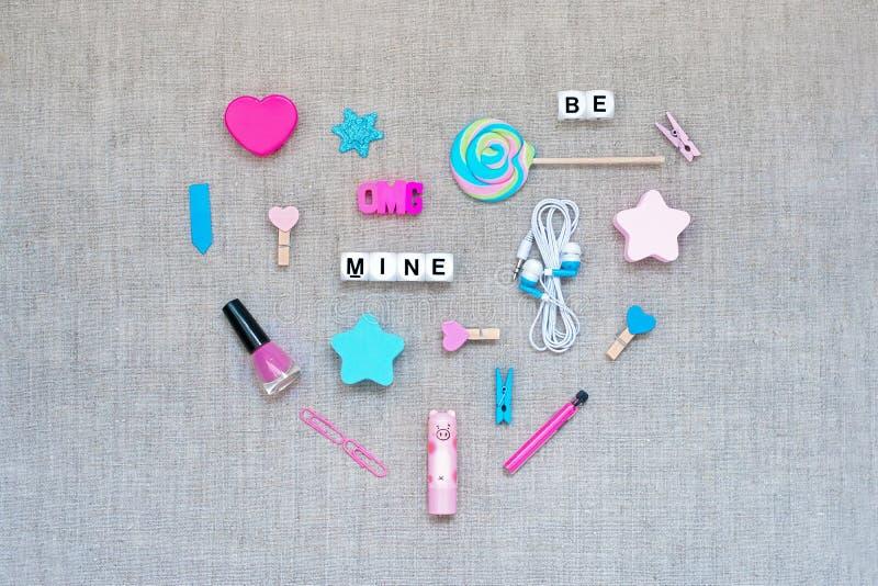 Walentynka dnia knolling serce robić od akcesoriów, kosmetyków, materiały i teksta różnorodność różowych i błękitnych, BYŁ KOPALN zdjęcia royalty free