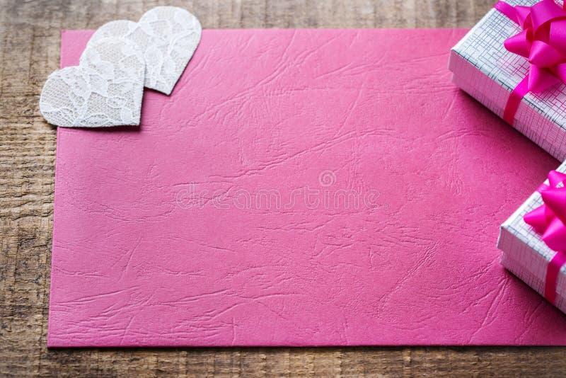 Walentynka dnia miłości prezenta wakacyjna karta i pudełka tło zdjęcia stock