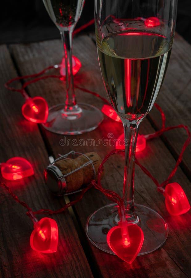 Walentynka dnia napoje z sercem, kształtowali czarodziejskich światła zdjęcia stock