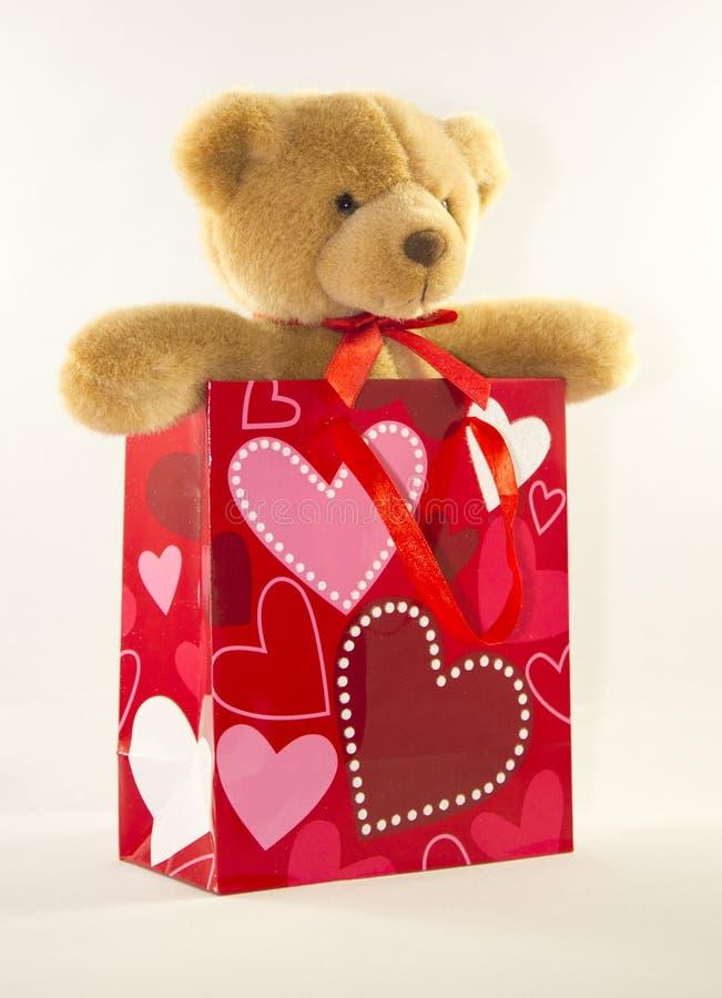 Walentynka dnia niedźwiedź w prezent torbie obrazy stock