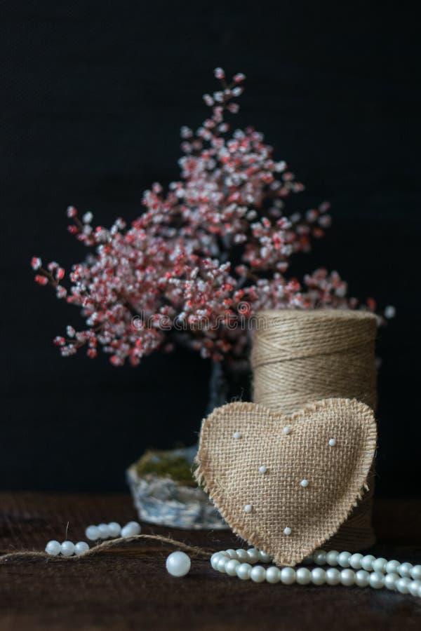 Walentynka dnia Nieociosana kartka z pozdrowieniami, tło Handmade burlap serce z perłami, koraliki, zwitka jutowi linowi i pacior zdjęcie stock