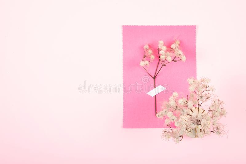 Walentynka dnia pastelowa minimalna kartka z pozdrowieniami Dwa glinianej filiżanki z sercami i herbacianego garnek na różowym tl zdjęcia royalty free