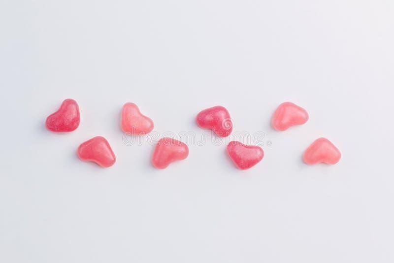 Walentynka dnia pojęcie robić serce kształtować menchie galaretowacieje cukierki wykładających na białym tle Odgórny widok kosmos obrazy stock