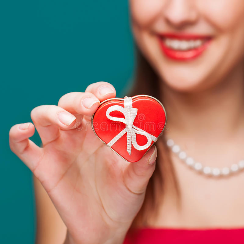 Walentynka dnia prezent w rękach fotografia stock