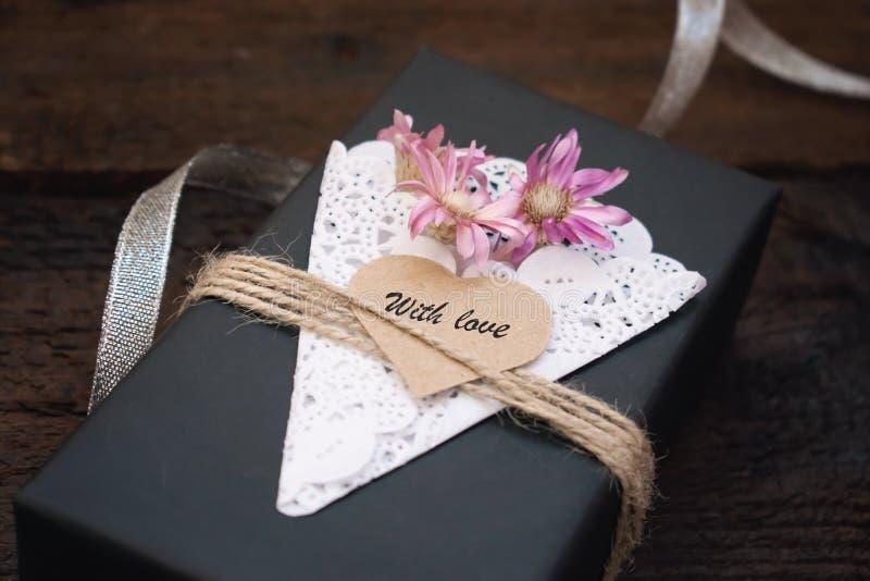 Walentynka dnia prezenta pudełka pomysły Czarny papier teraźniejszości pudełka tekst Z miłością na sercu, koronkowej pielusze, ju obraz stock