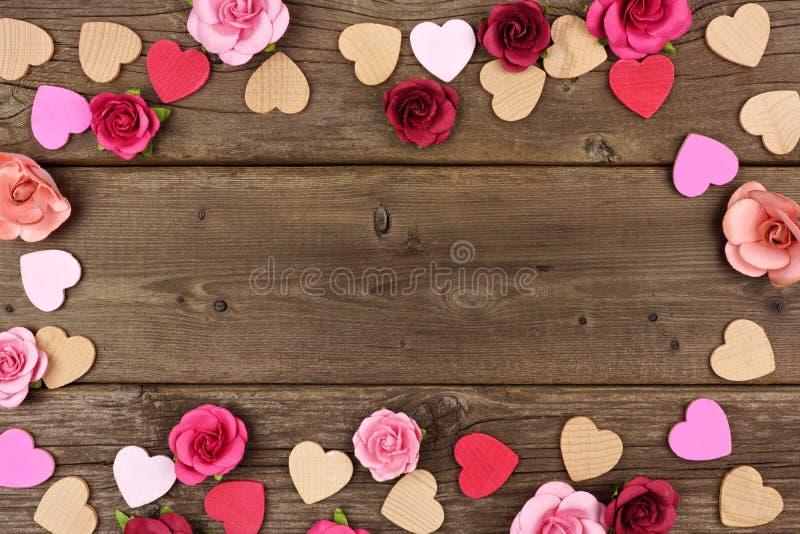 Walentynka dnia rama serca i róże przeciw nieociosanemu drewnu obraz royalty free