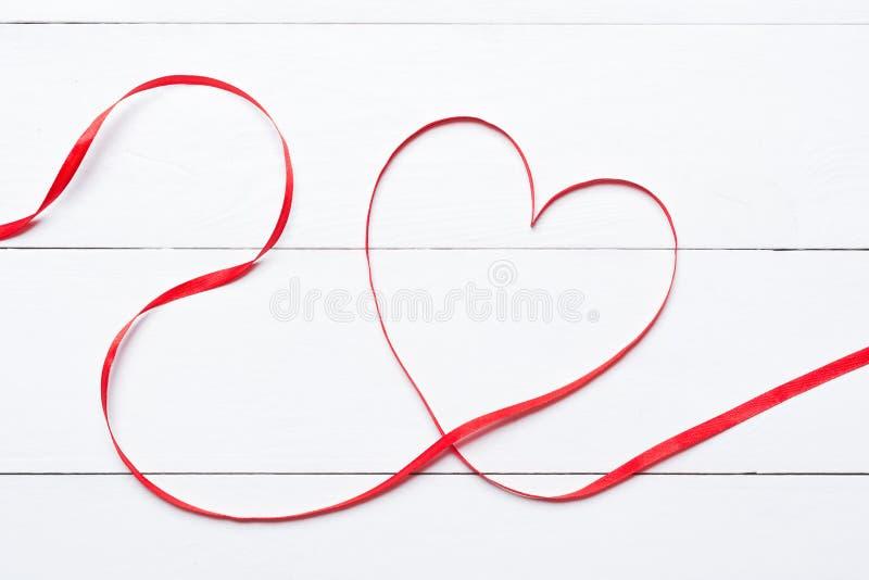 Walentynka dnia serce kształtował faborek nad białym drewnianym stołem fotografia stock