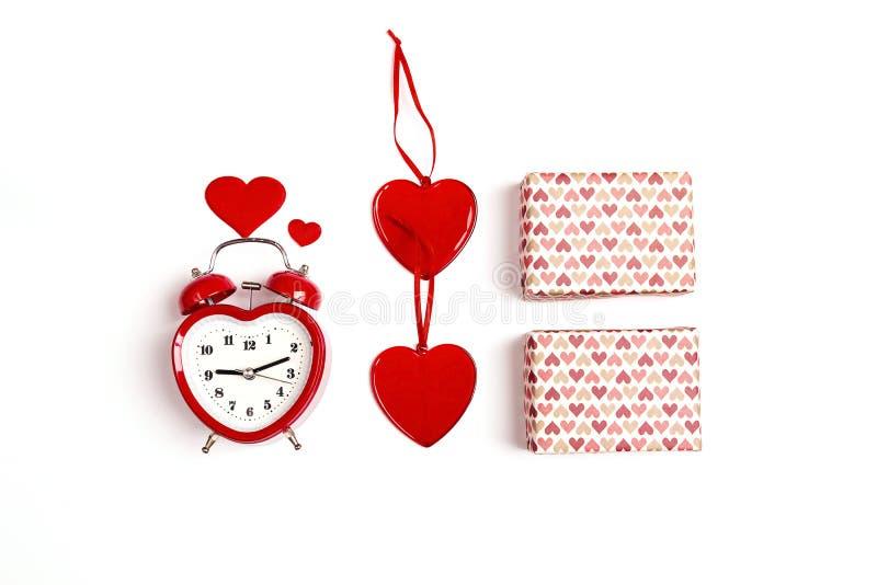 Walentynka dnia skład z budzikiem, prezentów pudełkami i sercami na białym tle, Mieszkanie nieatutowy, odgórny widok obraz royalty free