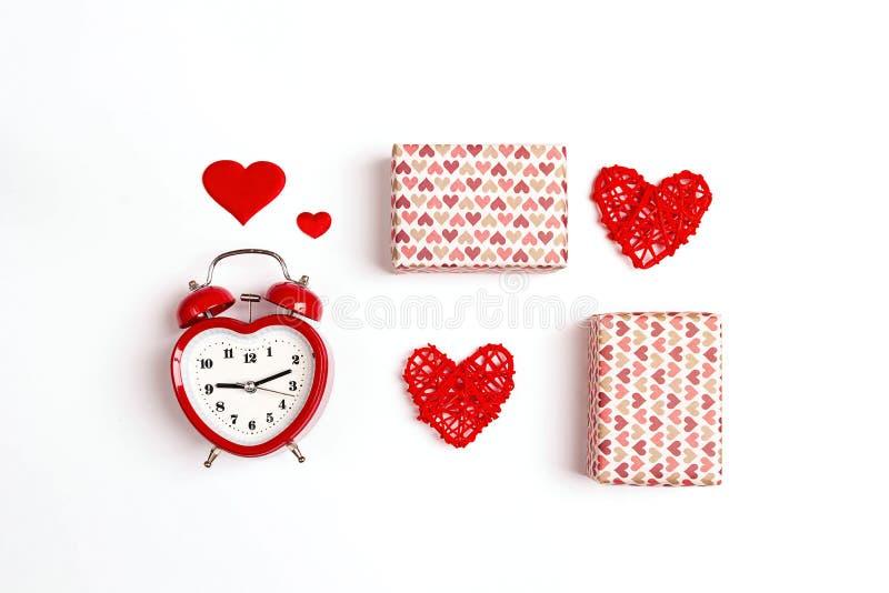Walentynka dnia skład z budzikiem, prezentów pudełkami i sercami na białym tle, Mieszkanie nieatutowy, odgórny widok obraz stock
