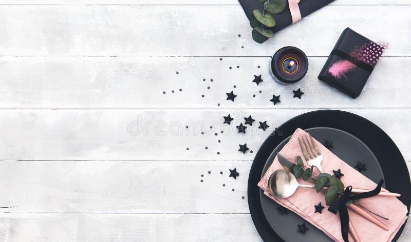 Walentynka dnia stołu położenie cutlery nad drewnianym tłem obrazy stock